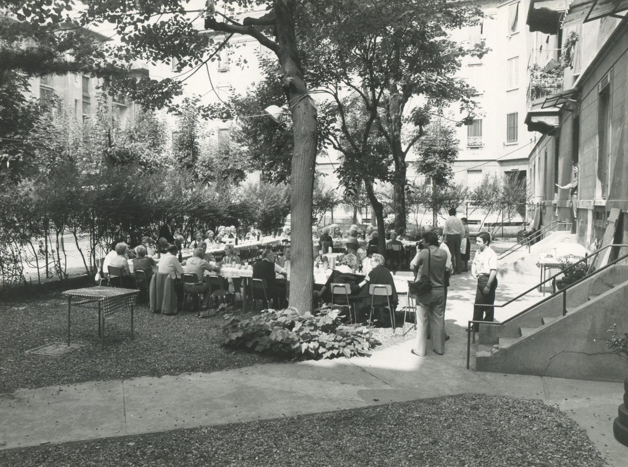 1981-rizzi-silvano-75esimo-anniversario-del-quartiere-solari-umanitaria_pranzo-per-gli-anziani